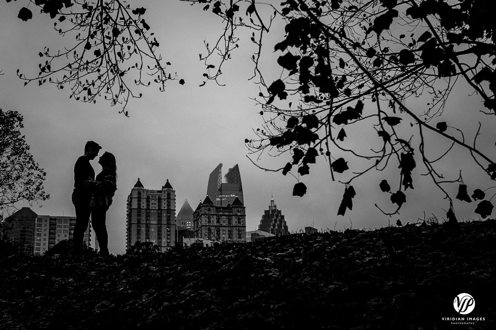 couple embrace silhouette black and white city skyline